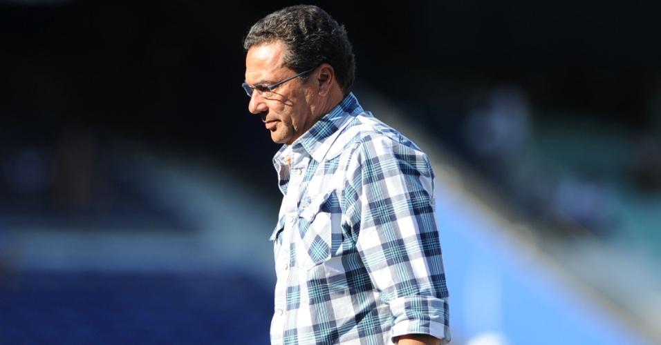 Luxemburgo de camisa de flanela xadrez em jogo do Grêmio (11/03/2012)
