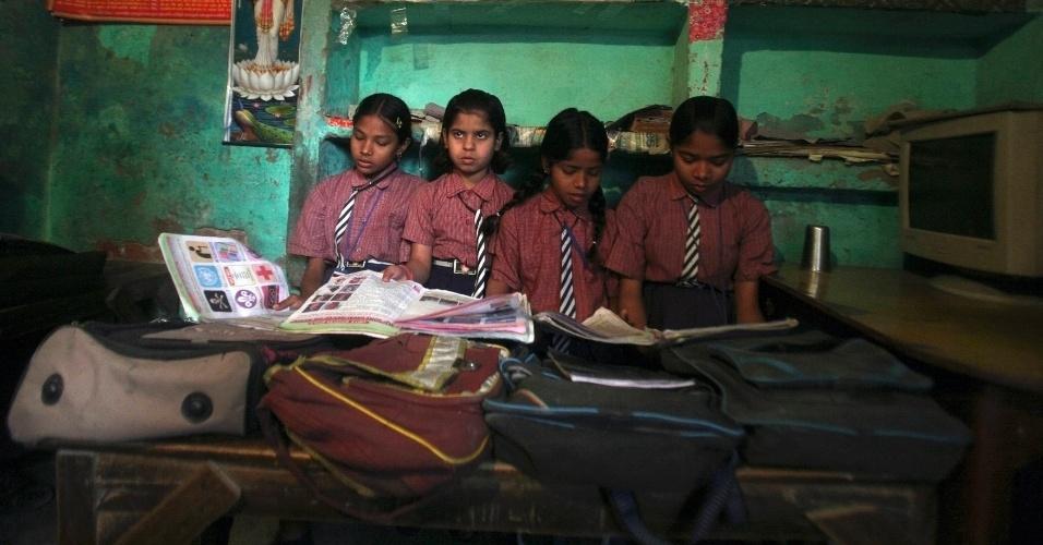 Meninas leem em sala de aula de escola no vilarejo de Bhangel, na Índia