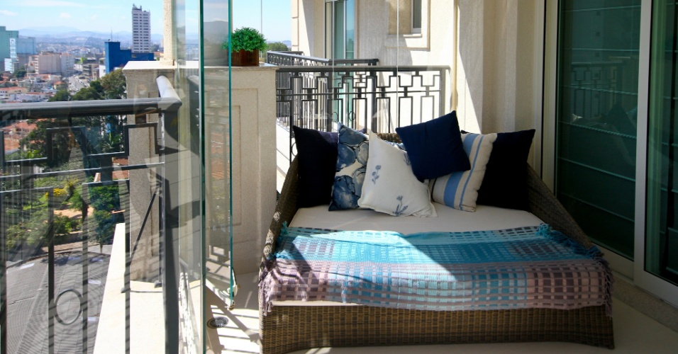 No canto da varanda, a recamier da Artefacto é coberta por uma manta em tons de azul. O móvel ajuda a compor a área de contemplação deste apartamento no Jardim França, em São Paulo, decorado pela arquiteta Silvia Bitelli