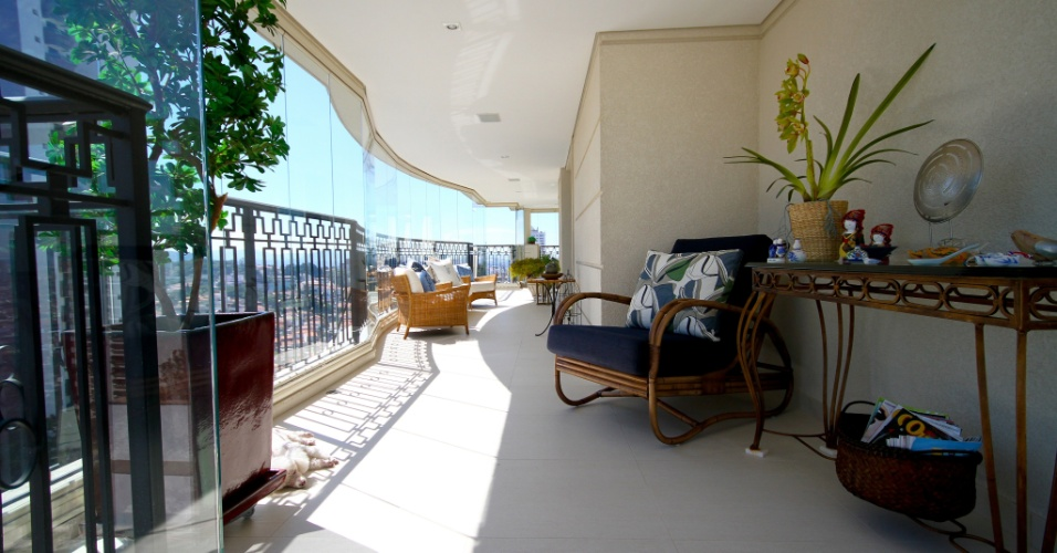 No nicho deixado pela quina do living, poltrona e aparador, ambos da Breton, formam a área para leitura do apartamento decorado pela arquiteta Silvia Bitelli, no Jardim França, em São Paulo