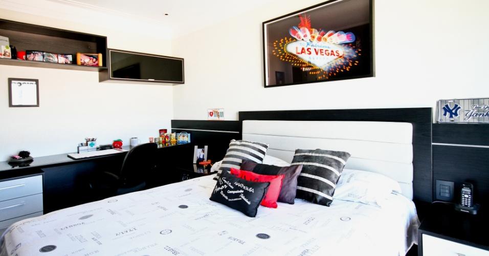 No quarto do filho, no apartamento decorado pela arquiteta Silvia Bitelli, a marcenaria em preto e branco compõe o conjunto de cama e escrivaninha, ambos desenhados pela profissional e executado pela JWA Marcenaria