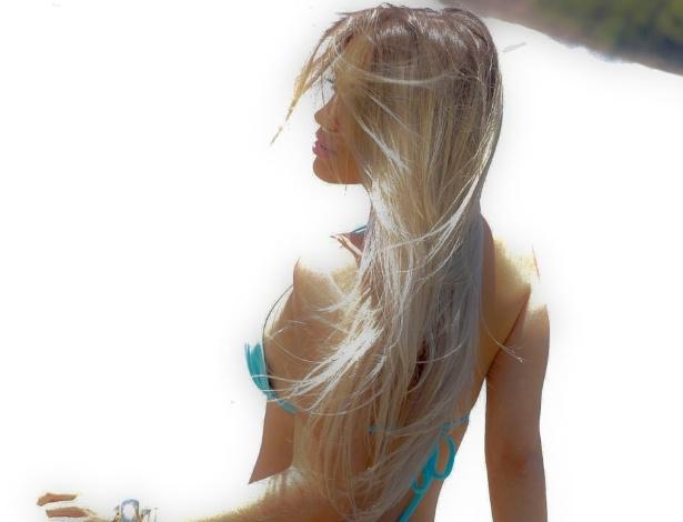 Nova Panicat Carol Belli aparece em ensaio sensual para o calendário Sirena (2012)