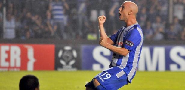O argentino Luciano Figueroa, do Emelec, comemora após deixar sua marca contra o Flamengo
