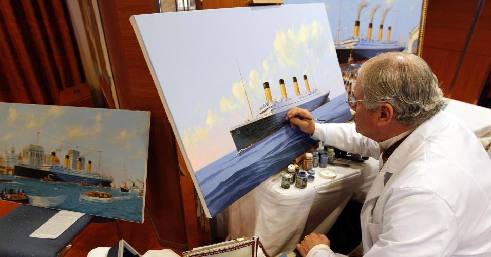 O artista Allen Flood pinta telas com reproduções do Titanic durante o cruzeiro memorial que refaz a rota do navio