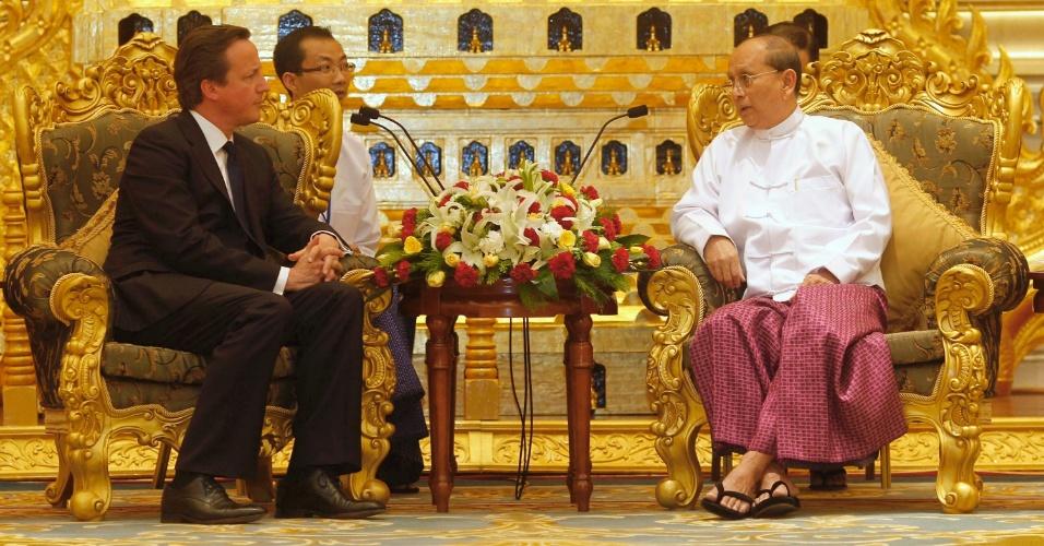 O primeiro-ministro britânico, David Cameron (esquerda), conversa com o presidente birmanês, Thein Sein, durante encontro em Naypyitaw, em Mianmar