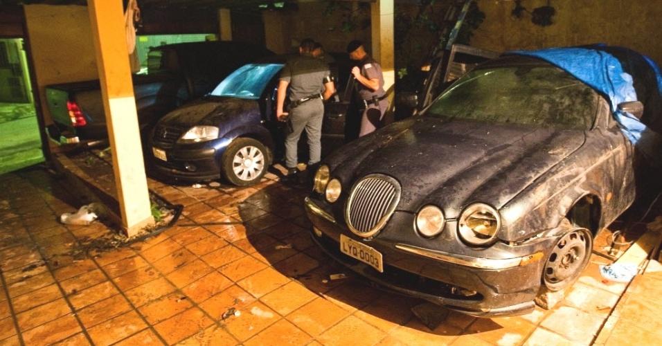 Policiais descobrem carro importado nos fundos de loja de peças onde funcionava um desmanche de carros, na Vila Jaguara, zona oeste da capital paulista. No local, a polícia prendeu dez pessoas e apreendeu dez carros, três caminhoes e uma van