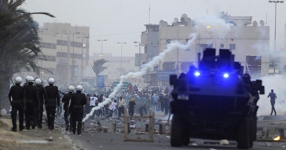 Policiais dispersaram pessoas durante tumultos em Salmabad, no Bahrein, após o enterro do jornalista Ahmed Ismail, 22, assassinado em março durante uma manisfestação
