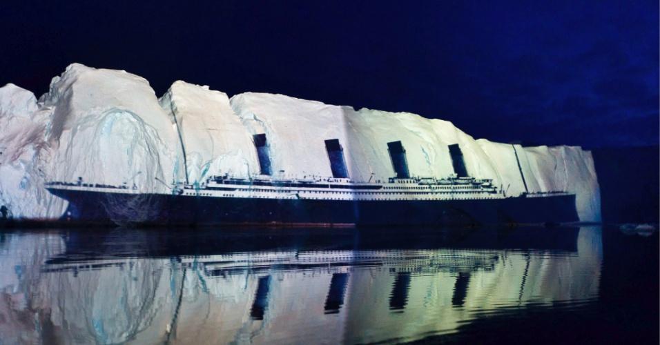 Projeção do navio Titanic em um iceberg de 500 metros no mar da Groenlândia. A projeção foi criada pelo iluminador suíço Gerry Hofstetter para celebrar o centenário do naufrágio do navio, em 15 de abril