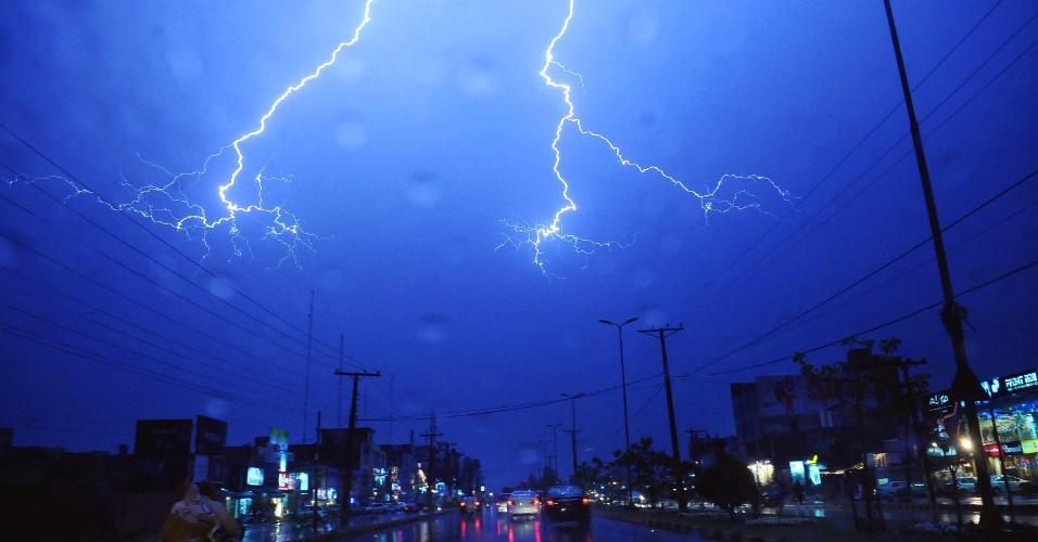 Raios cortam o céu de Lahore, no Paquistão, durante tempestade
