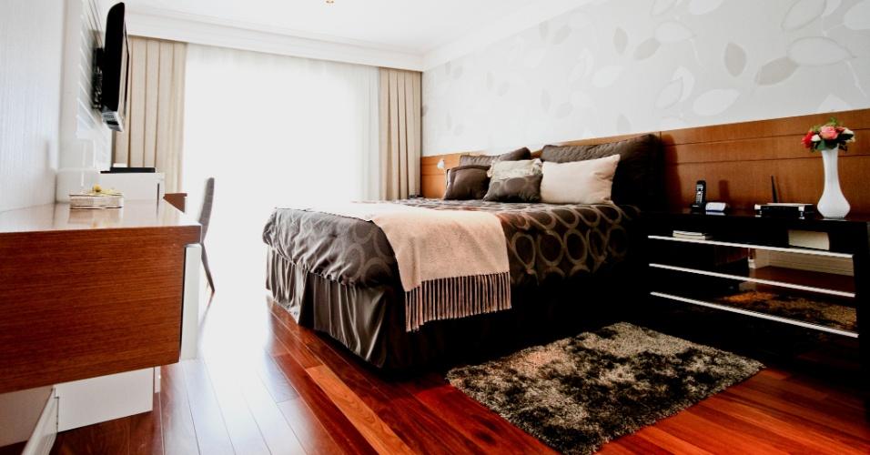 Repare que a arquiteta Silvia Bitelli também trabalhou com escalas similares tanto para a altura da cama quanto para os outros móveis do quarto do casal do apartamento no Jardim França, em São Paulo