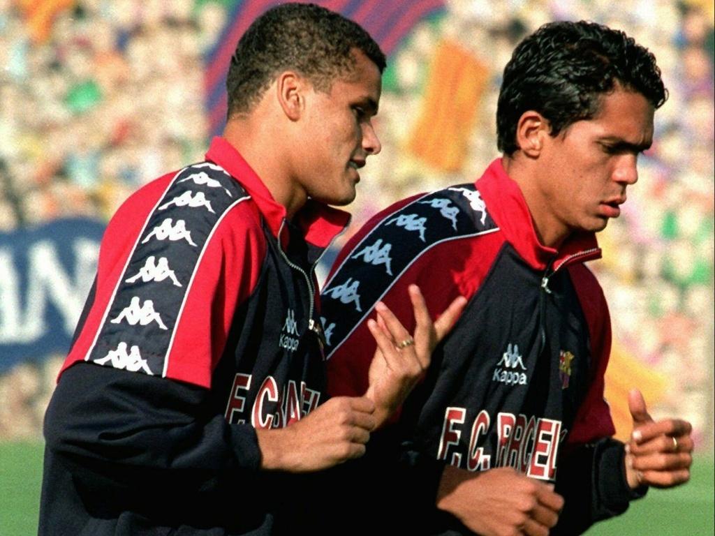 Rivaldo (e) e Giovanni fazem aquecimento antes de jogo do Barcelona (31/10/1997)