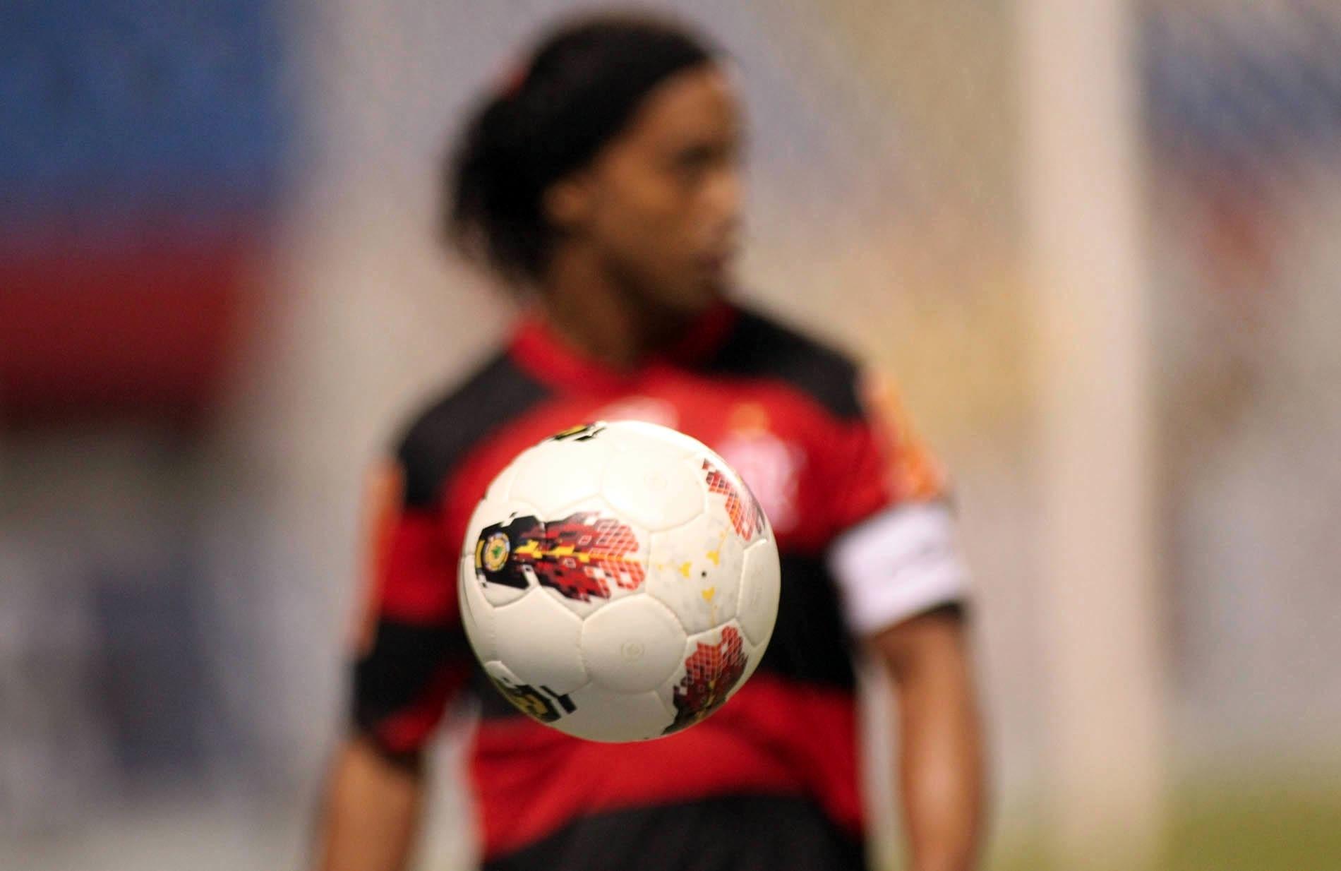 Ronaldinho Gaúcho em ação durante jogo contra o Lanús, pela Libertadores (12/04/2012)