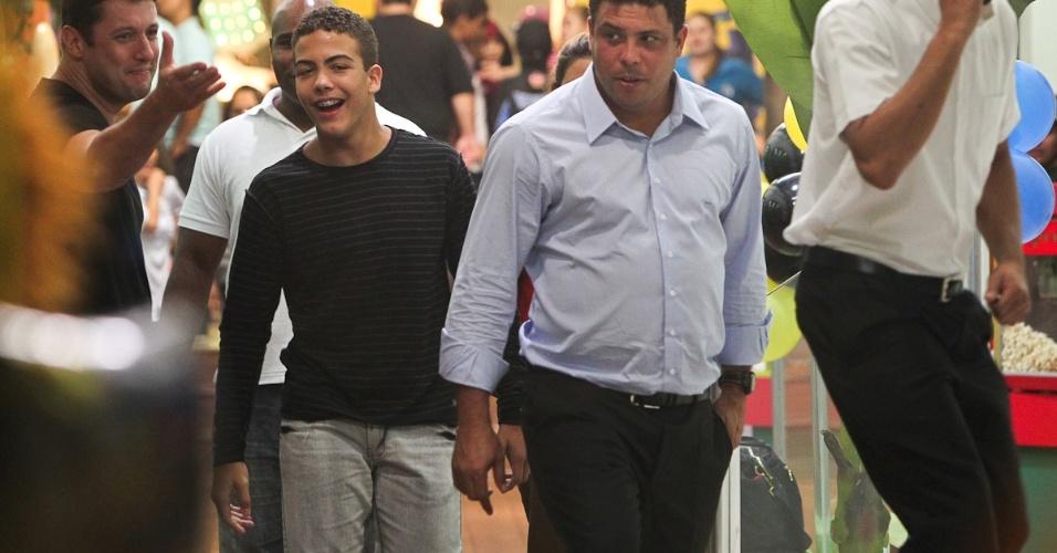 Ronaldo e o filho Ronald na festa de Alex em São Paulo (13/4/2012)