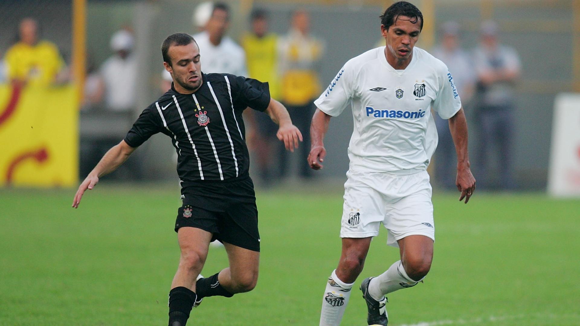 Santista Giovanni é marcado pelo corintiano Roger durante clássico paulista (31/07/2005)