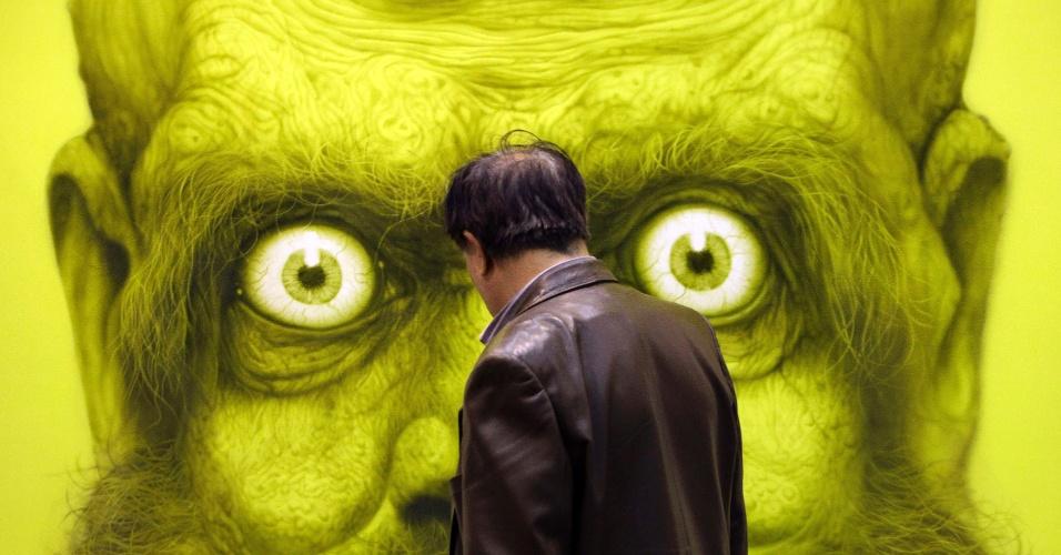 Visitante observa obra do artista sul-coreano Kang Hyung-Koo em exposição em Pequim, na China