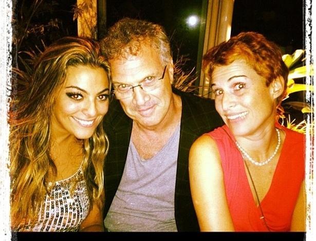 """A ex-BBB Monique postou no Twitter uma foto com o apresentador Pedro Bial e sua namorada, Roberta Rodrigues. Monique escreveu sobre a imagem: """"Admiração infinita"""" (14/4/12)"""