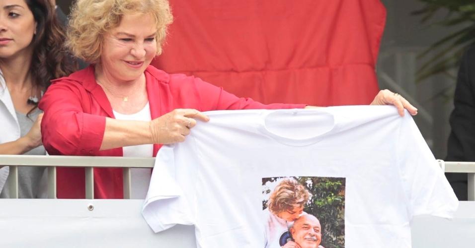 A ex-primeira-dama Marisa Letícia segura camiseta com foto em que aparece ao lado de lula. Ela esteve na inauguração do primeiro CEU (Centro Educacional Unificado) de São Bernardo do Campo, no ABC Paulista. Foi o primeiro evento público com a presença do ex-presidente Luiz Inácio Lula da Silva após o anúncio de que havia se curado de um câncer na laringe