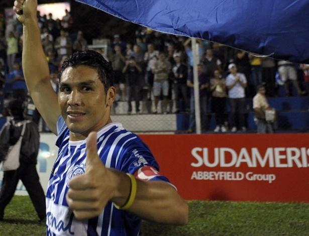 Atacante paraguaio Cabañas, que sofreu um tiro na cabeça há dois anos, fez seu primeiro jogo profissional após sua recuperação neste sábado, dia 14 de abril de 2012