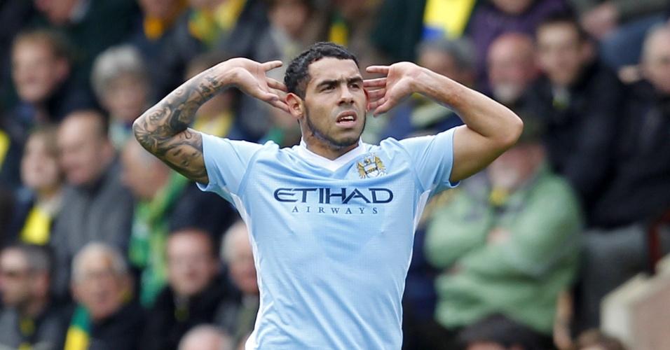 Carlos Tevez comemora um de seus três gols na goleada do Manchester City por 6 a 1 sobre o Norwich