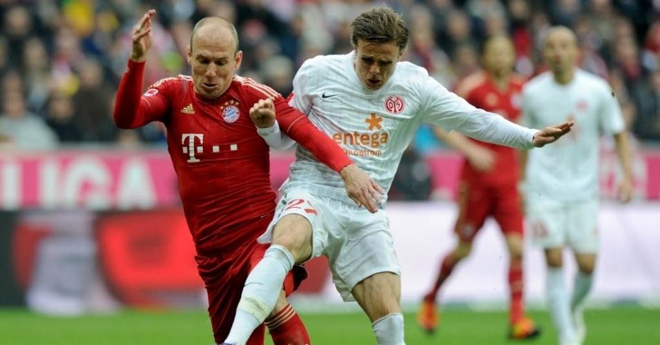 Estrela do Bayern de Munique, Robben tenta passar por Nicolai Mueller, do Mainz, em jogo pelo Campeonato Alemão