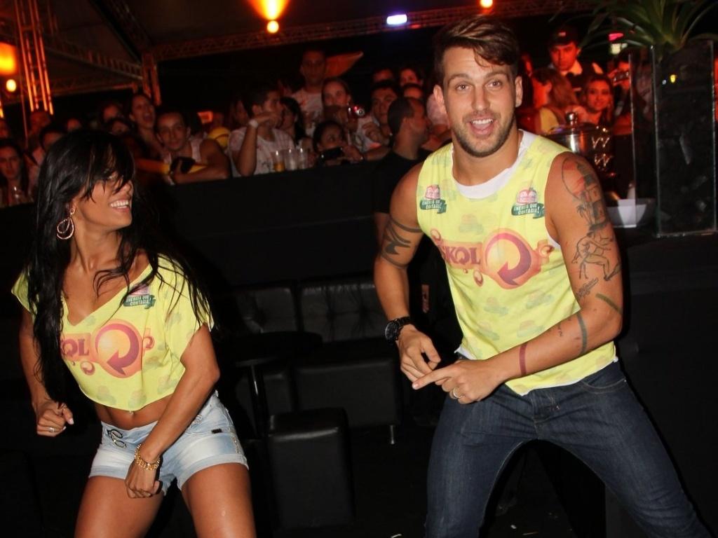 Ex-BBBs Kelly e Diogo Pretto dançam passos de axé durante o Axé Brasil