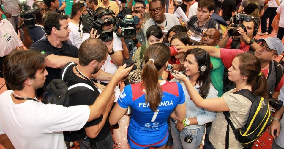 Fernanda Venturini concede entrevista após receber homenagem da Unilever no Maracanãzinho
