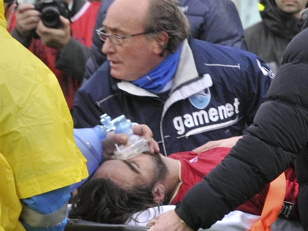 Morosini é retirado de maca do campo após sofrer parada cardíaca na Itália; jogador não resistiu e morreu (14/04/2012)