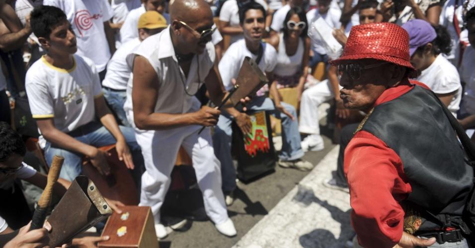 """No Peru, participantes tentam bater recorde de maior número de pessoas tocando """"cajones"""" ao mesmo tempo"""
