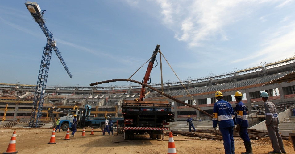 Obras do Maracanã recebem visita pública pela primeira vez (14/04/2012)