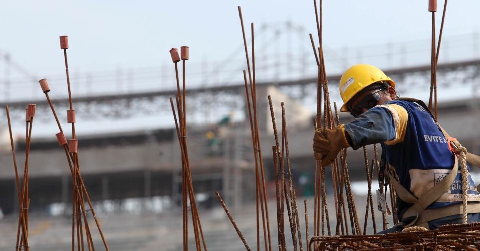 Operário trabalha durante a primeira visita pública no Maracanã (14/04/2012)