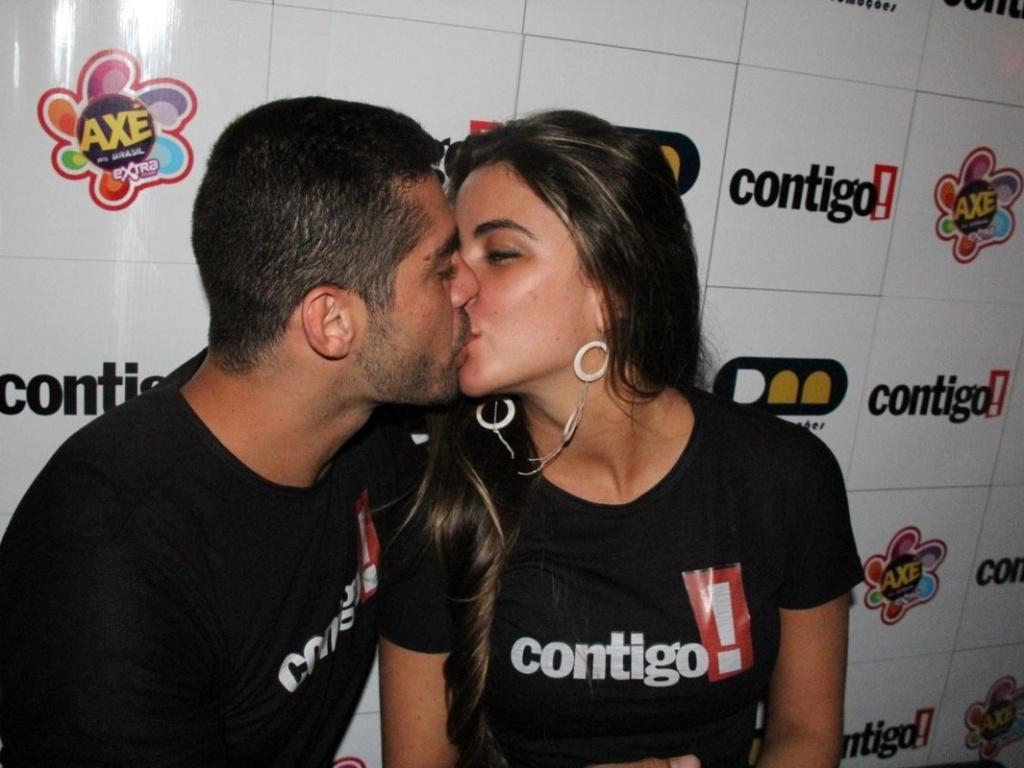 Os ex-BBB Laisa e Yuri aparecem aos beijos em festival de axé após anunciarem fim de romance (14/04/2012)
