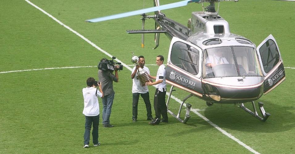 Pelé chegou de helicóptero na Vila Belmiro para a festa do centenário santista (14/04/2012)