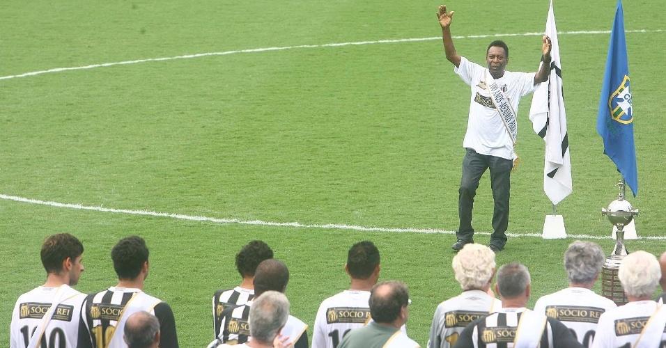 Pelé é saudados pelos veteranos do Santos durante evento do centenário na Vila Belmiro (14/04/2012)