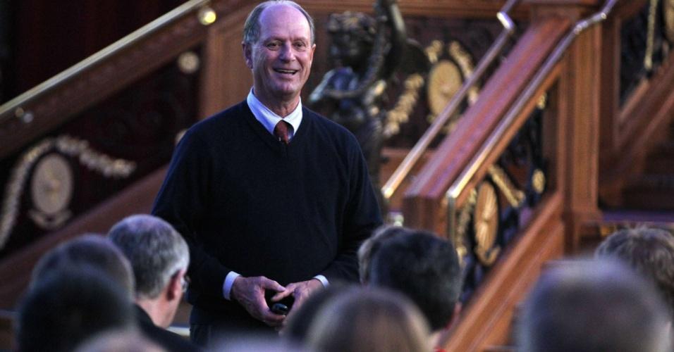 Robert Ballard (em destaque na foto), pesquisador que achou os restos do Titanic em 1985, sauda visitantes antes de palestra sobre o descobrimento do barco