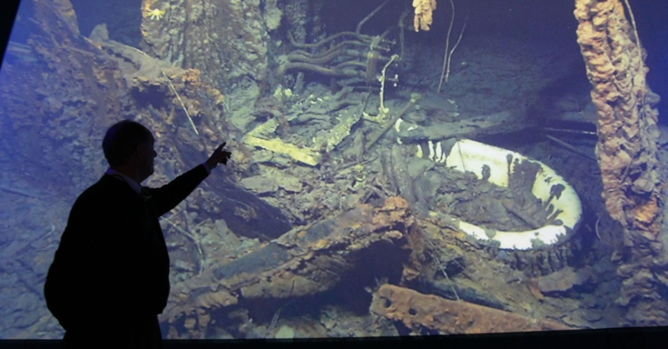 Robert Ballard, professor de oceanografia na Universidade de Rhode Island (EUA), faz observações sobre filmagem de restos do navio em Titanic