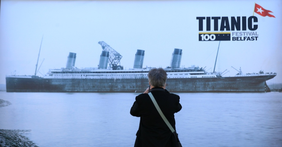 Visitante tira foto de propaganda comemorativa de 100 anos de naufrágio do Titanic na cidade de Belfast, no Reino Unido. O navio colidiu com um iceberg no Atlântico Norte em 14 de abril de 2012