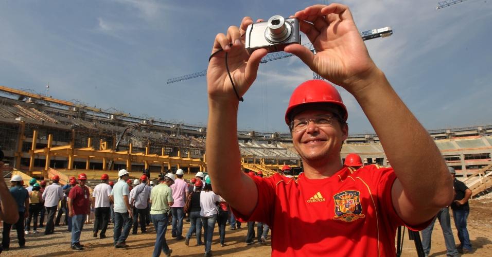 Visitante tira foto na primeira visita pública às obras do Maracanã (14/04/2012)