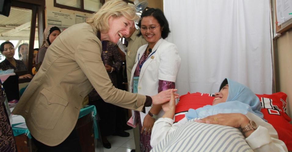 A princesa Astrid, da Bélgica, representante especial do Roll Back Malaria (RBM) Partnership, entidade global que coordena ações de combate à malária, cumprimenta indonésia internada em uma clínica para tratamento da doença, no distrito em Bandar Lampung, na Indonésia, durante visita ao país