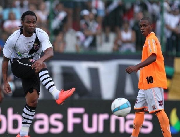 Carlos Alberto, do Vasco, tenta o passe com efeito durante jogo contra o Nova Iguaçu