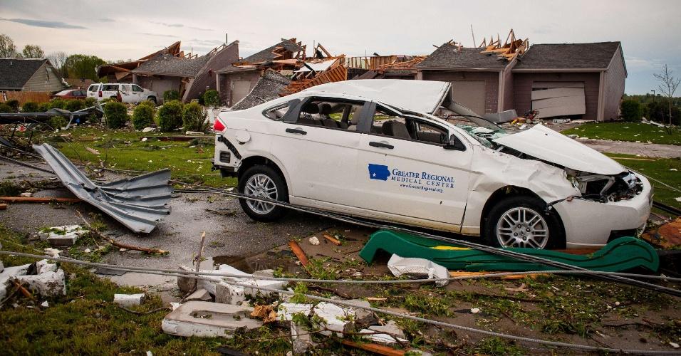 16.abr.2012 - Carro foi carregado por um quarteirão com a passagem de um tornado em Creston, no Iowa