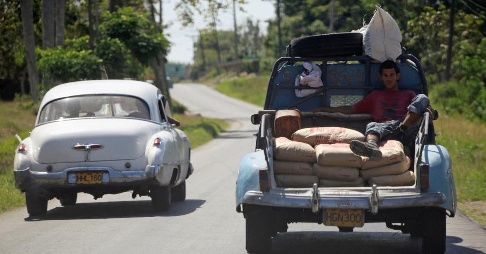 Carro Ford Sedan de 1948 modificado em uma pick-up carregando sacos de cimento é visto em estrada nos arredores de Havana, Cuba