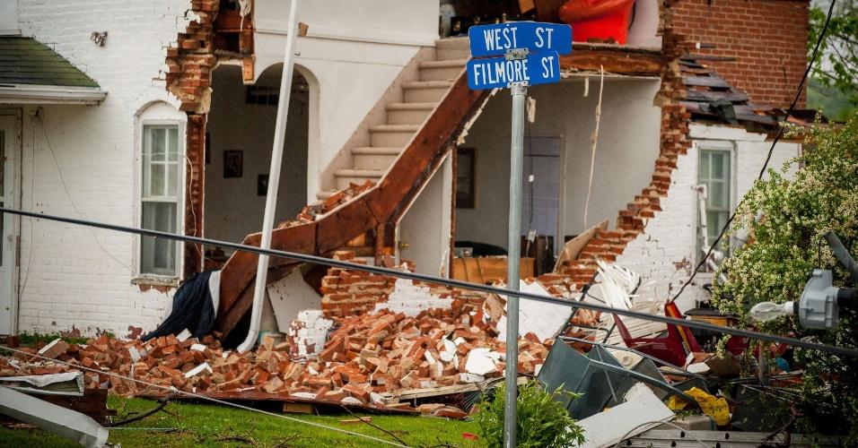 Casa foca destruída após passagem de tornado em Thurman, no estado americano de Iowa. Uma série de tornados atingiram vários estados do país neste sábado (14) e domingo (15)