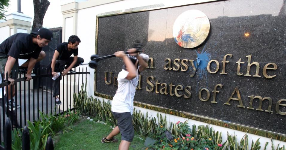 Estudantes filipinos atacam a fachada da Embaixada dos Estados Unidos em Manila durante manifestação realizada na madrugada (hora local) de segunda-feira (16)