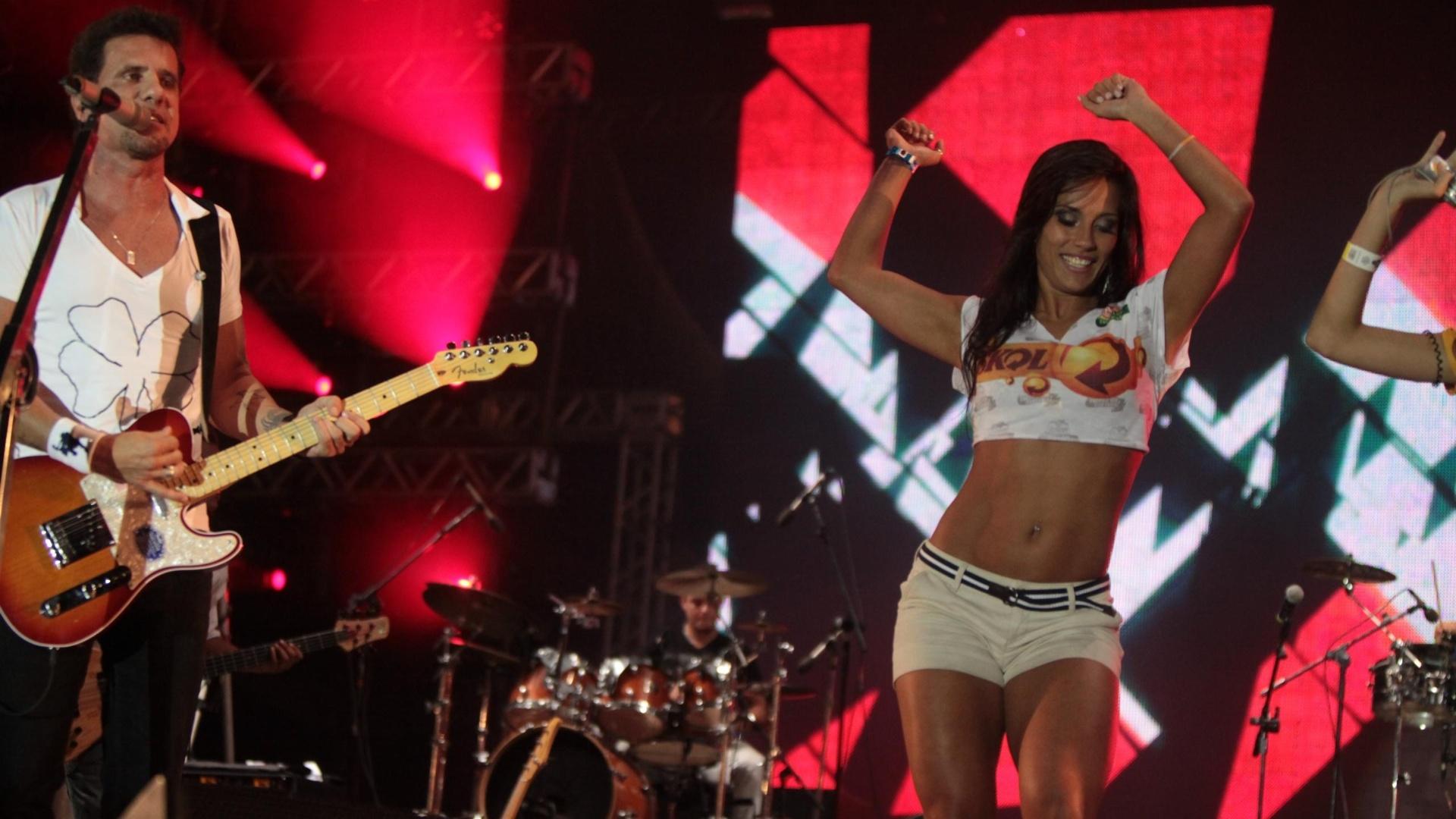 Ex-BBB Kelly dança ?kuduro? no palco do Axé Brasil durante show de Tuca Fernandes