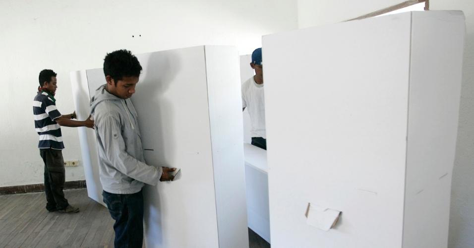 Homens instalam cabines de voto em Díli, no Timor Leste, neste domingo (15). O segundo turno das eleições presidenciais do país está prevista para esta segunda-feira (16), e será terceira eleição presidencial do Timor