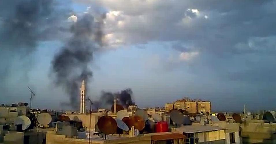 Imagem capturada de um vídeo do YouTube neste domingo mostra sinais de um bombardeio na cidade de Damasco, capital da Síria, feito por forças do governo do país.