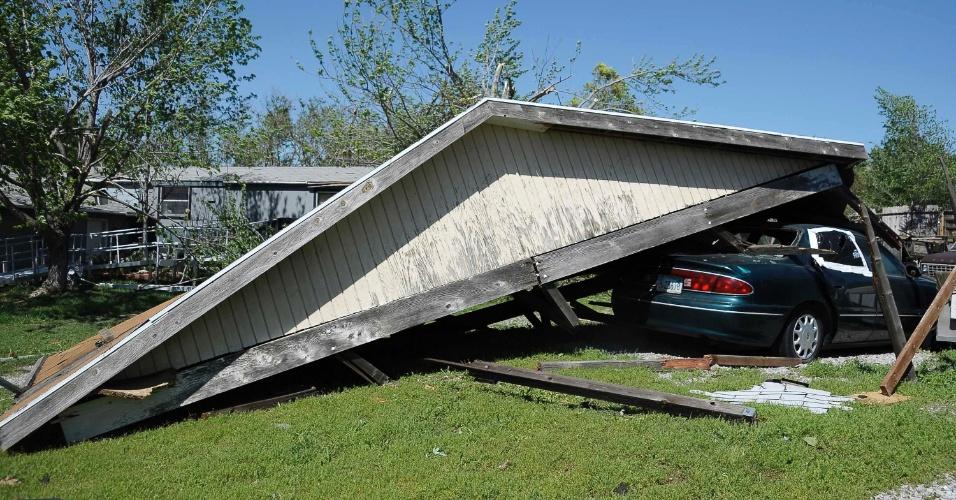 16.abr.2012 - Imagem mostra área sul de Wichita, no Kansas. Região foi atingida por vários tornados destruindo casas e capotando carros