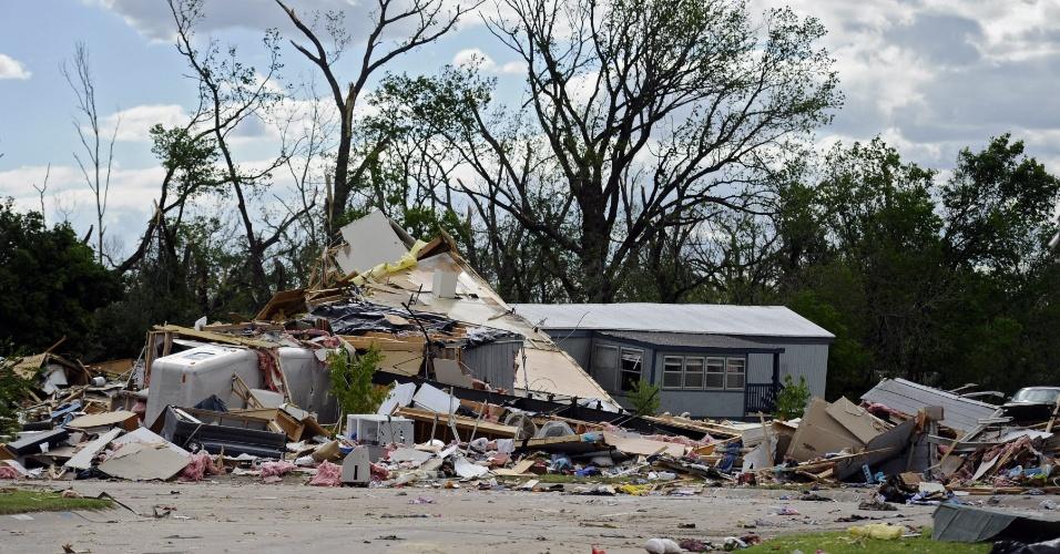 16.abr.2012 - Imagem mostra danos causados no Pineair Mobile Home Park após a passagem de um tornado neste domingo em Wichita, Kansas. Múltiplos tornados atingiram a região destruindo centenas de casas