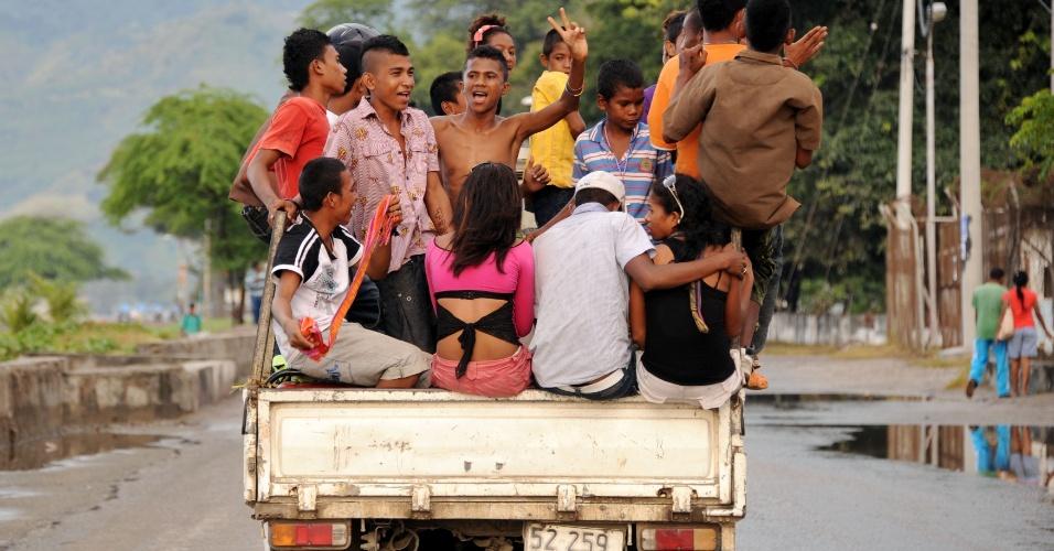 Jovens em caminhão em Dili, no Timor Leste, neste domingo (15)