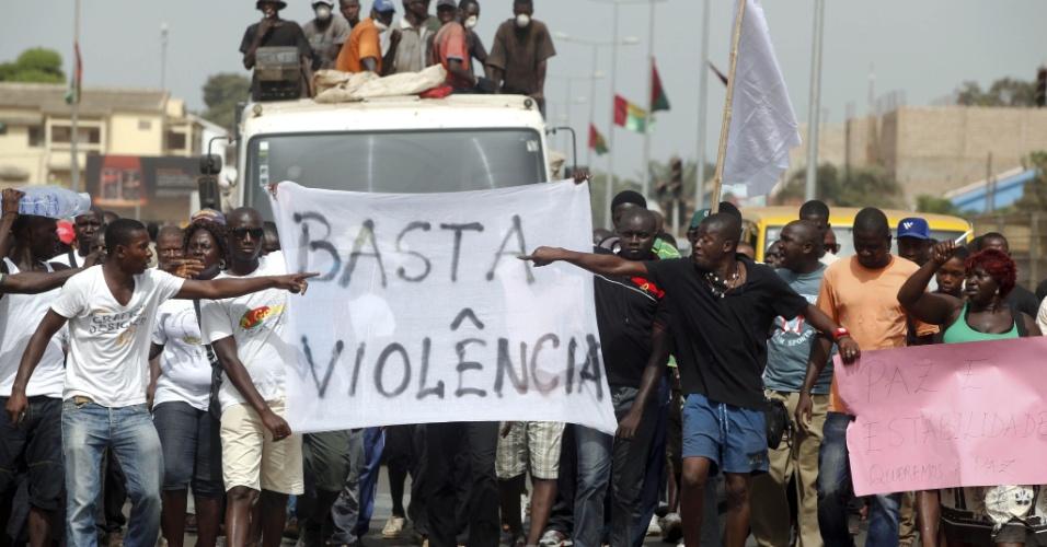 Manifestantes protestam contra a situação conturbada de Guiné-Bissau em função de golpe militar realizado na semana passada. No último dia 12 de abril um grupo de militares golpistas depuseram o presidente e o primeiro-ministro do país africano. Desde então, militares e governistas tentam negociar uma situação para o impasse